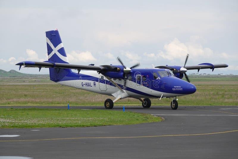 Αεροπλάνο που μετακινείται με ταξί στον αερολιμένα νησιών στοκ εικόνες με δικαίωμα ελεύθερης χρήσης