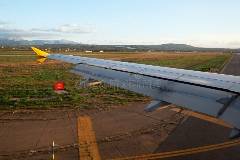 Αεροπλάνο που οδηγά στη λουρίδα απογείωσης στον αερολιμένα στοκ εικόνα με δικαίωμα ελεύθερης χρήσης