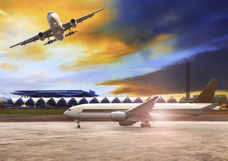 Αεροπλάνο που πετά και που πλησιάζει στην αναχώρηση στο διάδρομο αερολιμένων στοκ εικόνες με δικαίωμα ελεύθερης χρήσης
