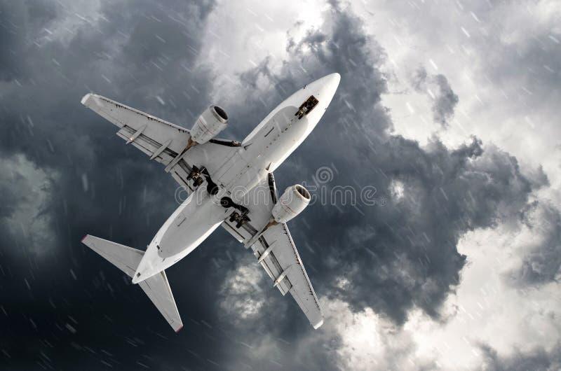 Αεροπλάνο που πλησιάζει σε μια προσγείωση στον κακό καιρό χιονιού στοκ εικόνες