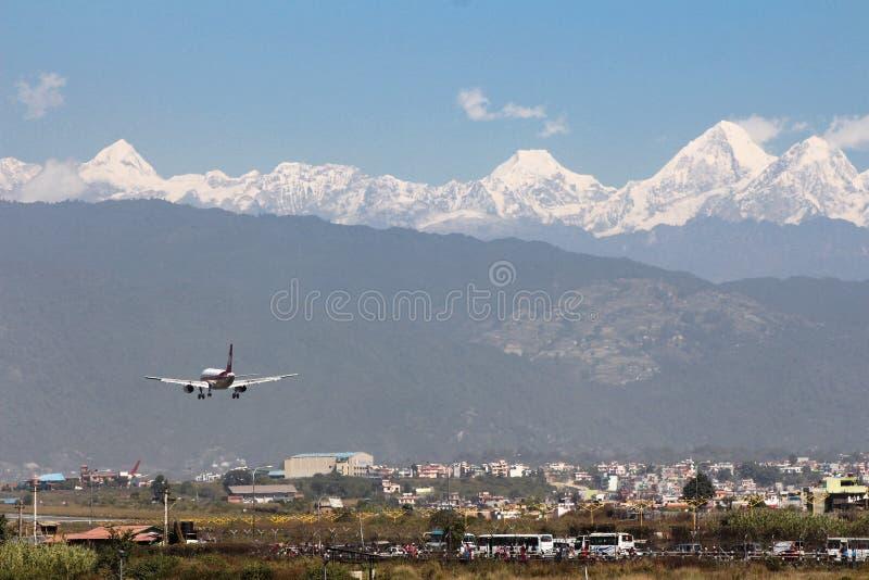 Αεροπλάνο που προσγειώνεται, αερολιμένας του Κατμαντού στοκ φωτογραφία