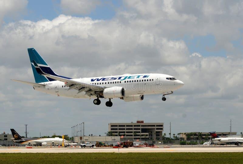 αεροπλάνο που προσγειώνεται τον επιβάτη του Μαϊάμι westjet στοκ εικόνες