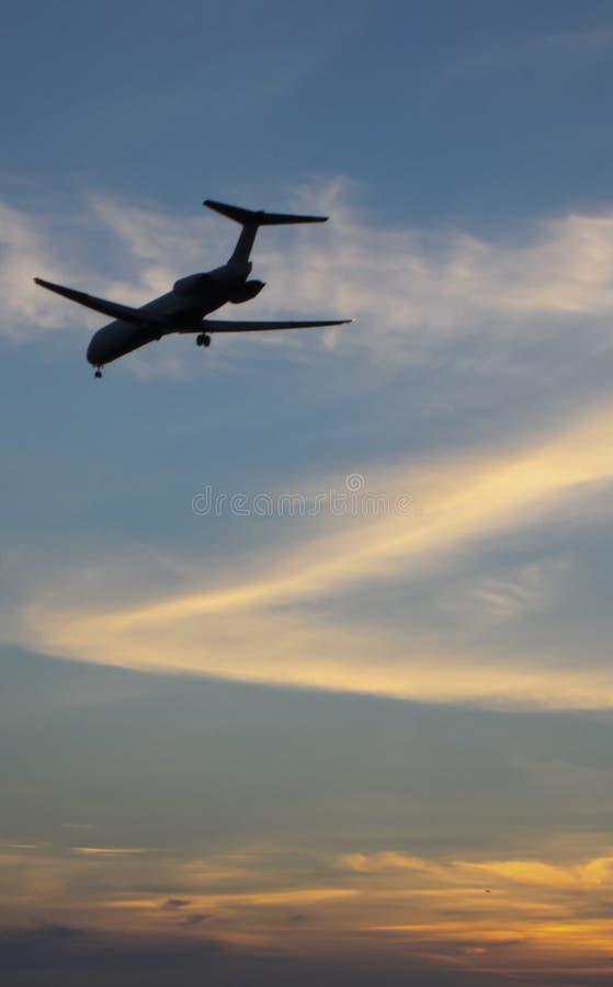 Αεροπλάνο που προσγειώνεται Dusk στοκ φωτογραφία με δικαίωμα ελεύθερης χρήσης