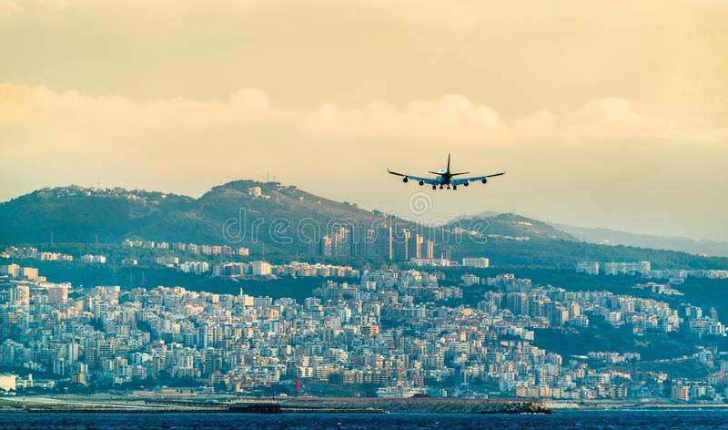 Αεροπλάνο στην τελική προσέγγιση στο διεθνή αερολιμένα της Βηρυττού, Λίβανος στοκ φωτογραφίες