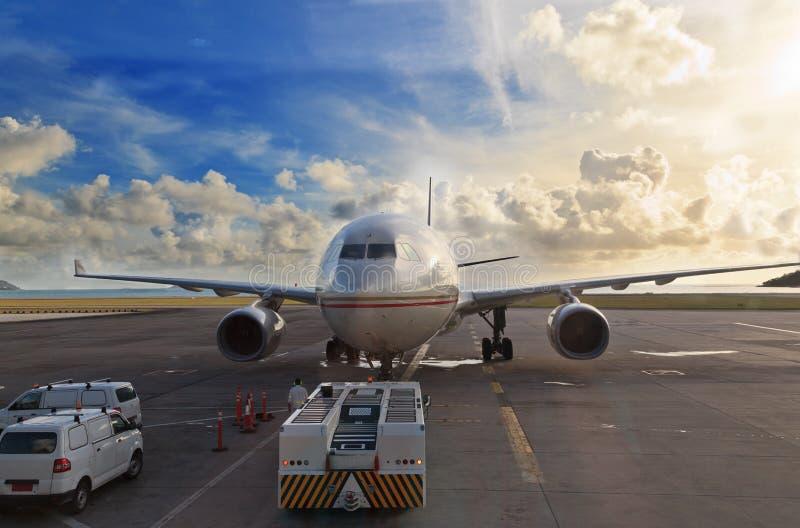 Αεροπλάνο στον αερολιμένα του Ντουμπάι στοκ εικόνα με δικαίωμα ελεύθερης χρήσης