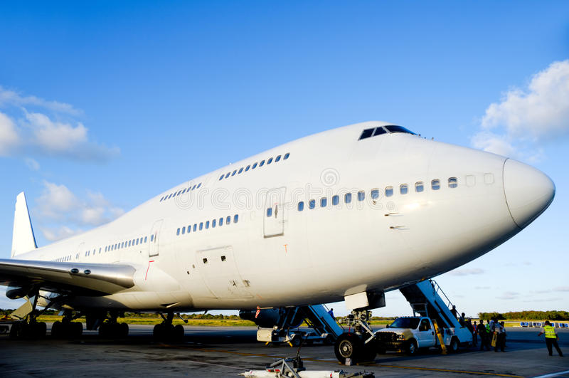 Αεροπλάνο στον αερολιμένα στοκ εικόνα με δικαίωμα ελεύθερης χρήσης