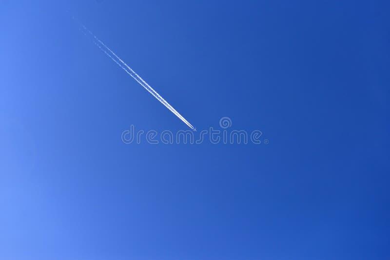 Αεροπλάνο στον γαλάζιο ουρανό Ίχνος αεροπλάνου στον ουρανό κατά τη διάρκεια της ημέρας στοκ εικόνες