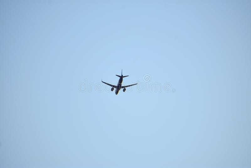 Αεροπλάνο στο μπλε ουρανό στοκ φωτογραφίες με δικαίωμα ελεύθερης χρήσης