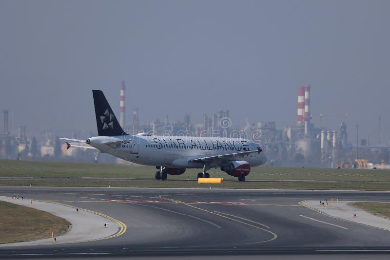 Αεροπλάνο συμμαχίας αστεριών που μετακινείται με ταξί στον αερολιμένα Schwechat VIE της Βιέννης στοκ φωτογραφία με δικαίωμα ελεύθερης χρήσης