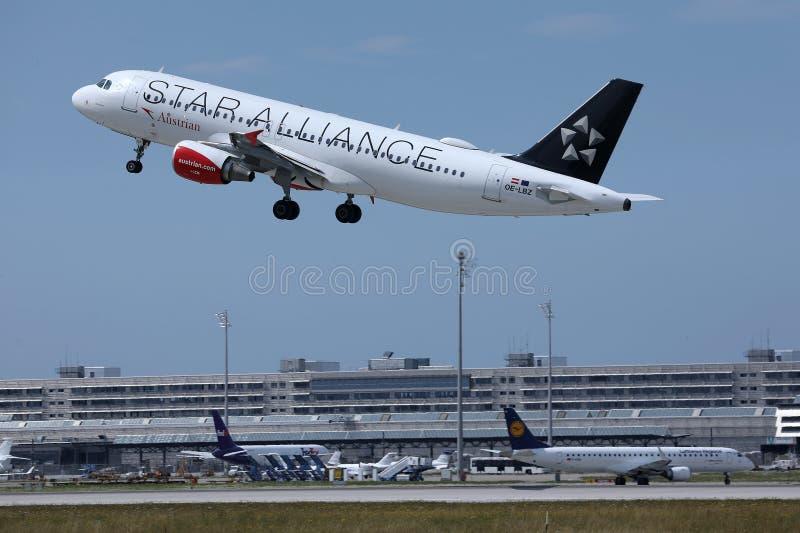 Αεροπλάνο συμμαχίας αστεριών της Austrian Airlines που απογειώνεται από το διάδρομο στοκ φωτογραφία με δικαίωμα ελεύθερης χρήσης