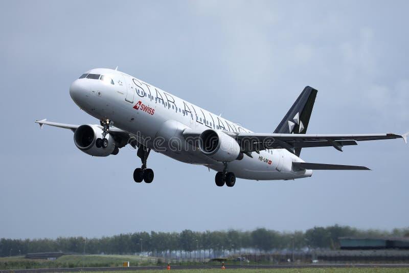 Αεροπλάνο συμμαχίας αστεριών της Austrian Airlines που προσγειώνεται στον αερολιμένα στοκ φωτογραφίες με δικαίωμα ελεύθερης χρήσης