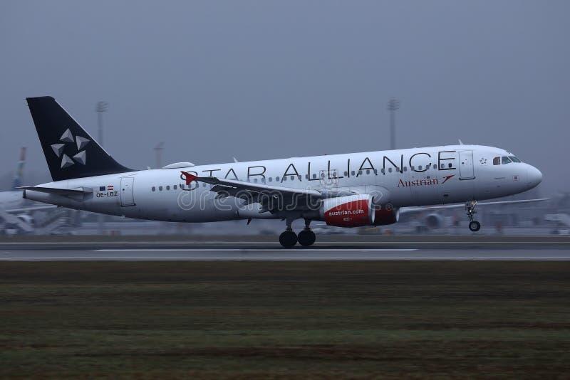 Αεροπλάνο συμμαχίας αστεριών της Austrian Airlines που προσγειώνεται στον αερολιμένα στοκ εικόνες