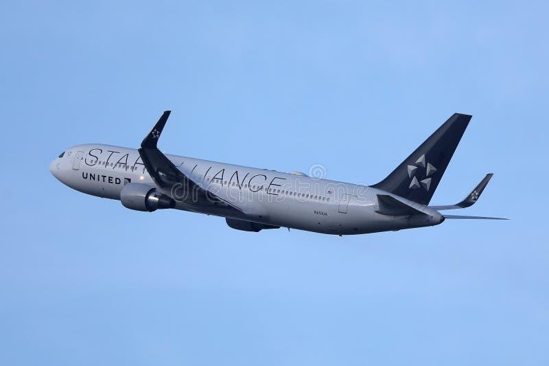 Αεροπλάνο συμμαχίας αστεριών των United Airlines που πετά επάνω στον ουρανό στοκ φωτογραφίες με δικαίωμα ελεύθερης χρήσης