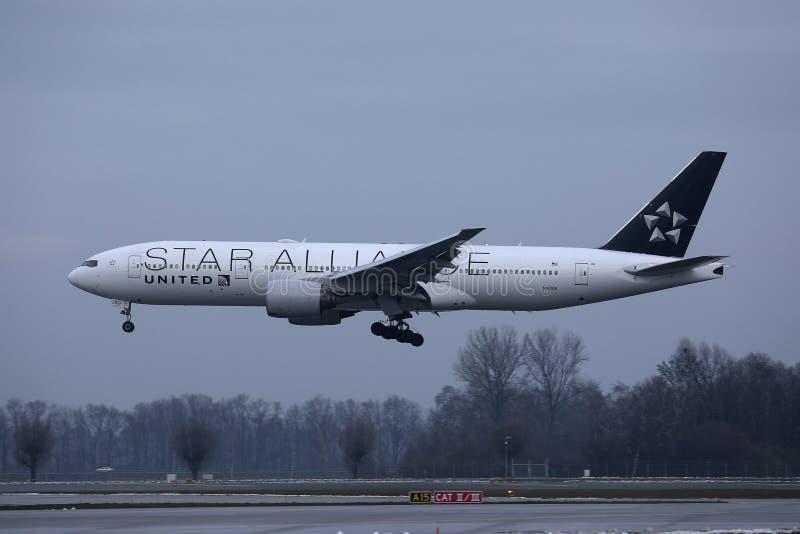 Αεροπλάνο συμμαχίας αστεριών των United Airlines που πετά επάνω στον ουρανό στοκ εικόνες με δικαίωμα ελεύθερης χρήσης