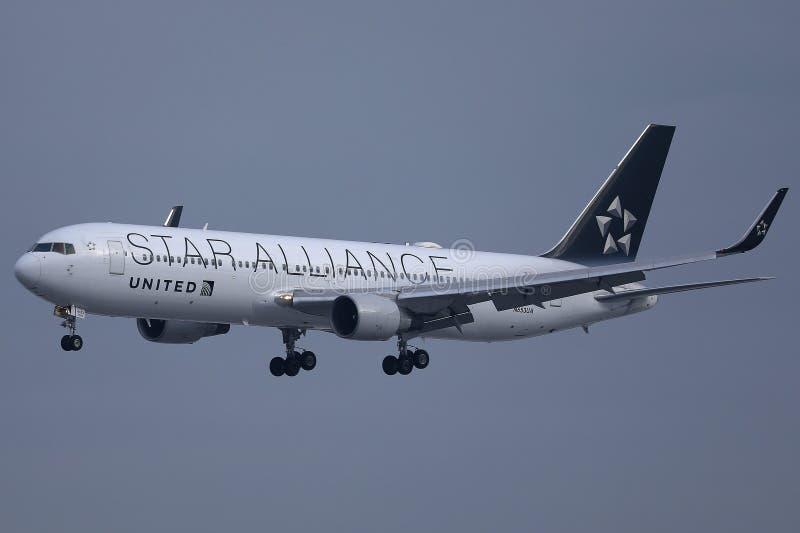 Αεροπλάνο συμμαχίας αστεριών των United Airlines που πετά επάνω στον ουρανό στοκ εικόνα με δικαίωμα ελεύθερης χρήσης