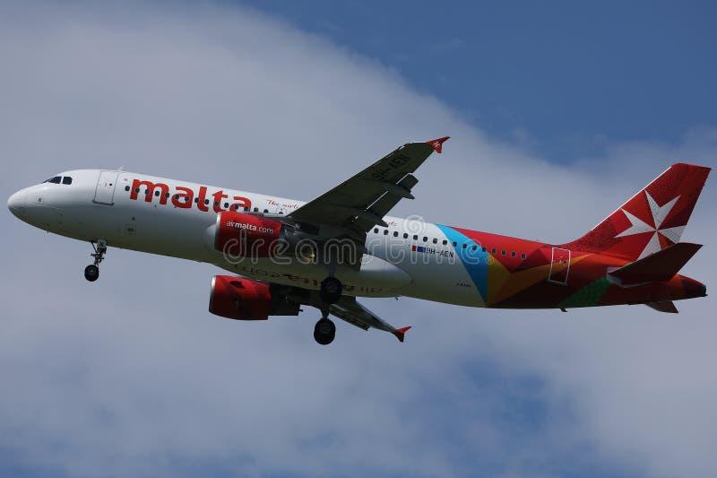 Αεροπλάνο της Μάλτας αέρα που πετά επάνω στον ουρανό στοκ εικόνες
