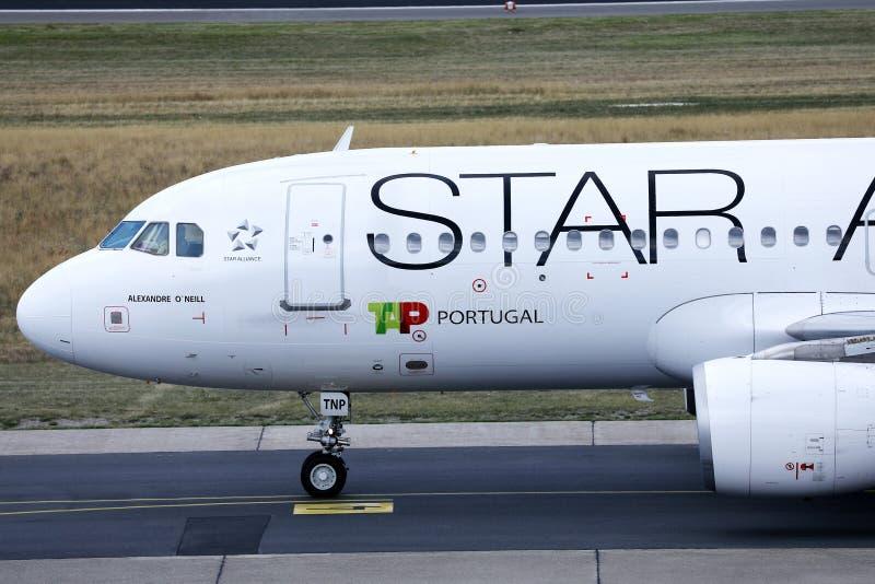 Αεροπλάνο της Πορτογαλίας αέρα TAP συμμαχίας αστεριών που κάνει το ταξί στο διάδρομο στοκ φωτογραφία με δικαίωμα ελεύθερης χρήσης