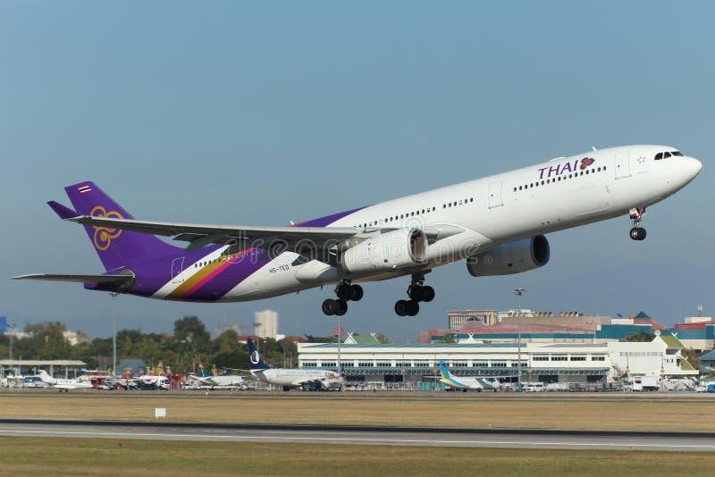 Αεροπλάνο της ταϊλανδικής απογείωσης airbus εναέριων διαδρόμων διεθνούς A330 στοκ εικόνες με δικαίωμα ελεύθερης χρήσης