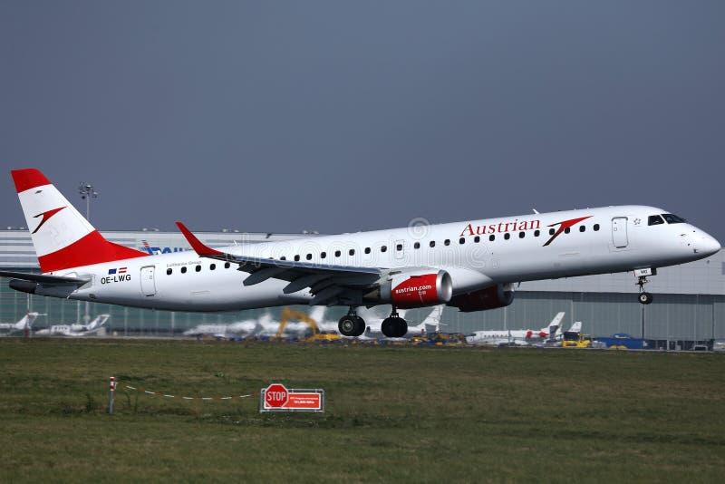 Αεροπλάνο της Austrian Airlines που απογειώνεται από τον αερολιμένα της Βιέννης, VIE στοκ φωτογραφία με δικαίωμα ελεύθερης χρήσης
