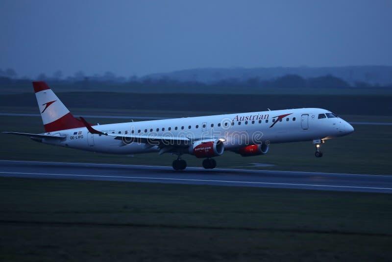 Αεροπλάνο της Austrian Airlines που απογειώνεται από τον αερολιμένα της Βιέννης, VIE στοκ φωτογραφία
