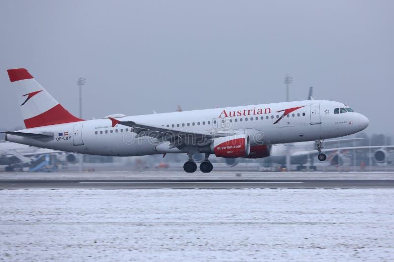 Αεροπλάνο της Austrian Airlines που απογειώνεται από το διάδρομο, αερολιμένας MUC του Μόναχου στοκ εικόνες