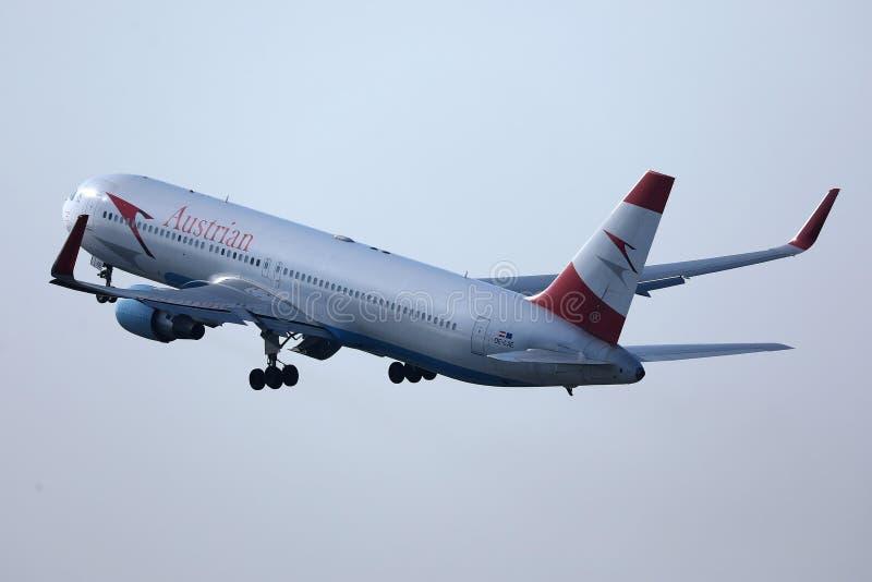 Αεροπλάνο της Austrian Airlines που απογειώνεται από το διάδρομο στοκ εικόνα
