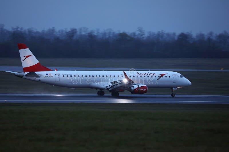 Αεροπλάνο της Austrian Airlines που μετακινείται με ταξί στο διάδρομο στον αερολιμένα της Βιέννης, VIE στοκ φωτογραφία με δικαίωμα ελεύθερης χρήσης