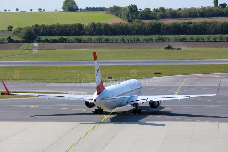 Αεροπλάνο της Austrian Airlines στην ποδιά στον αερολιμένα της Βιέννης, VIE στοκ εικόνες