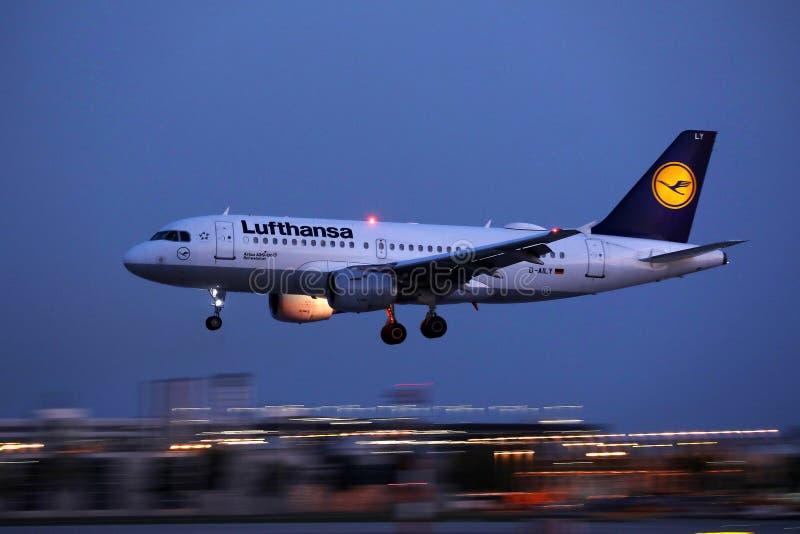 Αεροπλάνο της Lufthansa που πετά επάνω στον ουρανό στοκ φωτογραφία με δικαίωμα ελεύθερης χρήσης