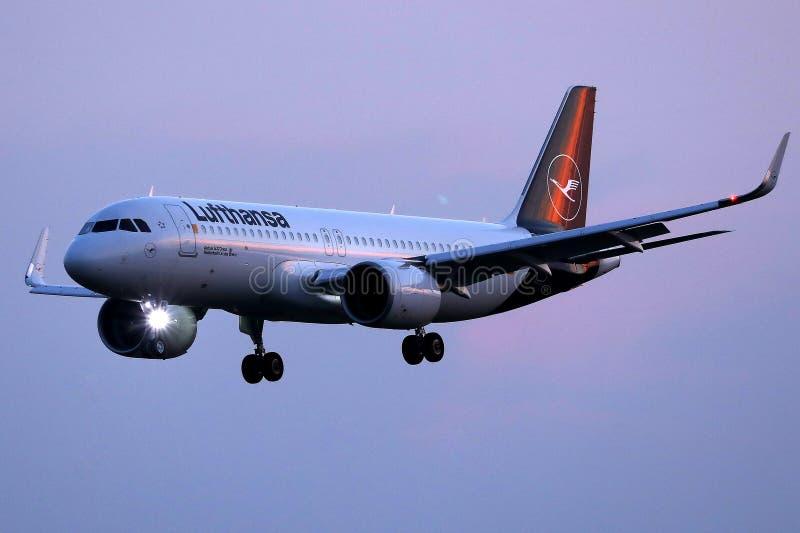 Αεροπλάνο της Lufthansa που πετά το Au στον ουρανό στοκ φωτογραφίες με δικαίωμα ελεύθερης χρήσης