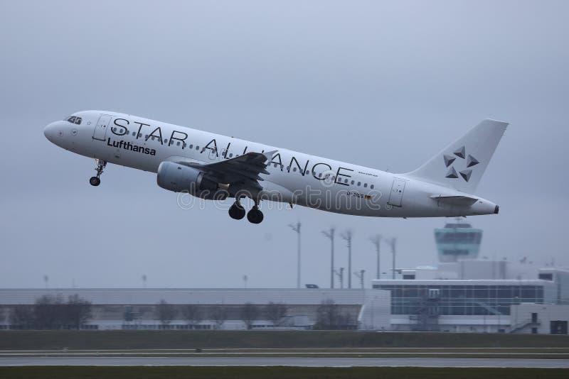 Αεροπλάνο της Lufthansa συμμαχίας αστεριών που απογειώνεται από τον αερολιμένα MUC του Μόναχου στοκ εικόνα με δικαίωμα ελεύθερης χρήσης