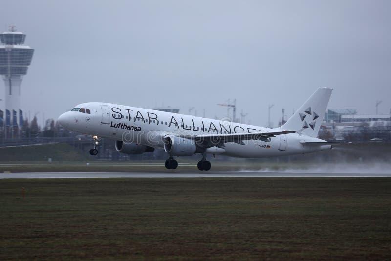 Αεροπλάνο της Lufthansa συμμαχίας αστεριών που απογειώνεται από το διάδρομο στοκ φωτογραφίες