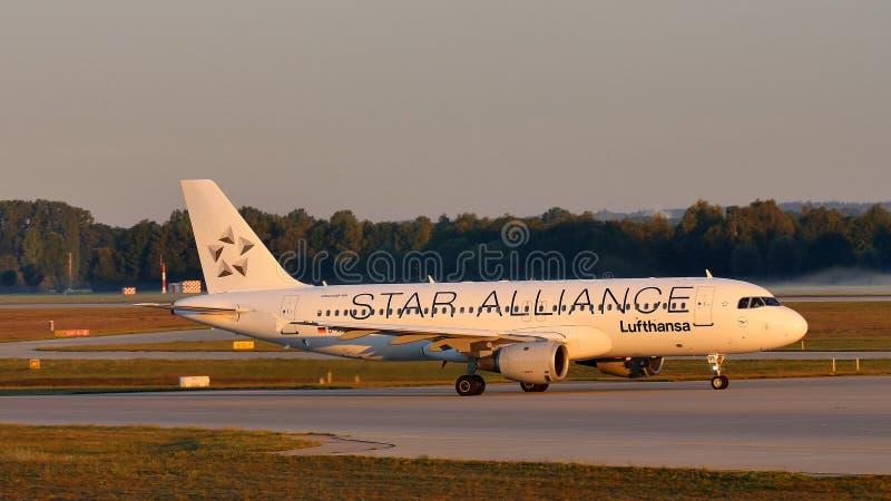 Αεροπλάνο της Lufthansa συμμαχίας αστεριών που κάνει το ταξί στον αερολιμένα του Μόναχου, MUC στοκ φωτογραφία
