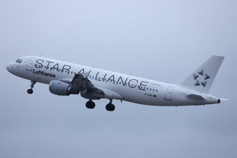 Αεροπλάνο της Lufthansa συμμαχίας αστεριών που κάνει το ταξί στο διάδρομο, άποψη κινηματογραφήσεων σε πρώτο πλάνο στοκ φωτογραφίες