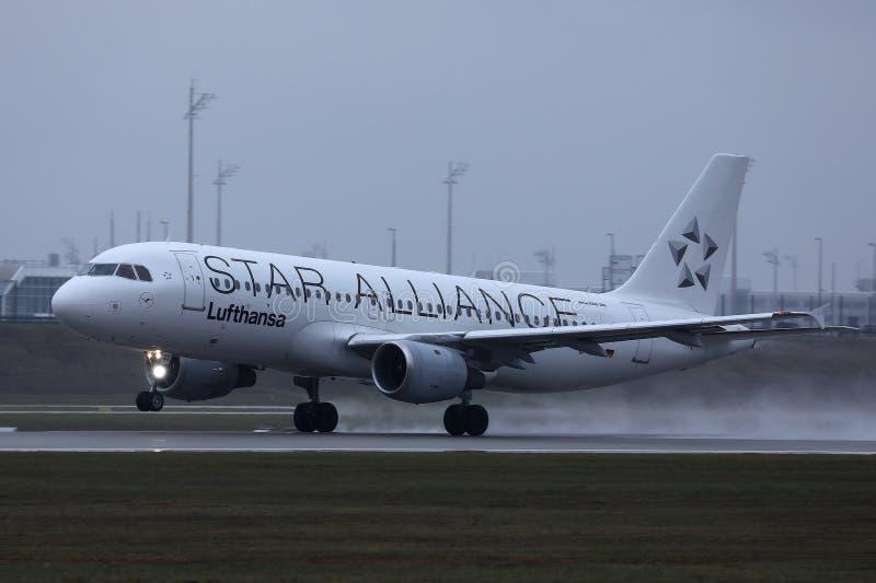 Αεροπλάνο της Lufthansa συμμαχίας αστεριών που κάνει το ταξί στο διάδρομο, άποψη κινηματογραφήσεων σε πρώτο πλάνο στοκ φωτογραφίες με δικαίωμα ελεύθερης χρήσης