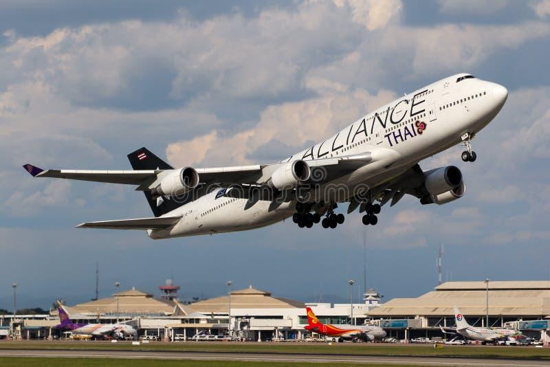 Αεροπλάνο των ταϊλανδικών εναέριων διαδρόμων το διεθνές Boeing 747-400 που απογειώνονται στοκ εικόνα