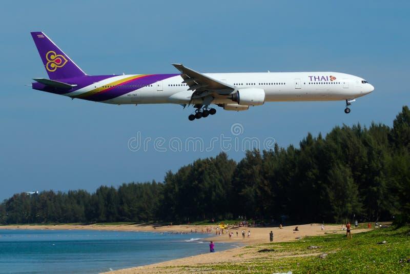 Αεροπλάνο των ταϊλανδικών εναέριων διαδρόμων το διεθνές Boeing 777-300 στοκ εικόνα με δικαίωμα ελεύθερης χρήσης
