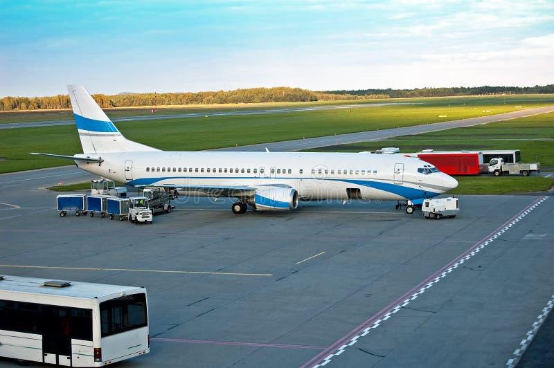 αεροπλάνο φόρτωσης φορτίου στοκ εικόνες με δικαίωμα ελεύθερης χρήσης