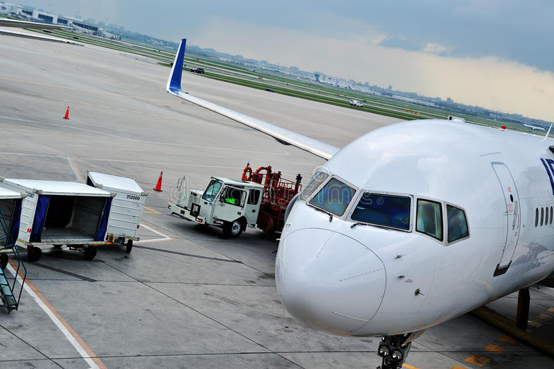 αεροπλάνο φόρτωσης φορτί&omi στοκ εικόνες