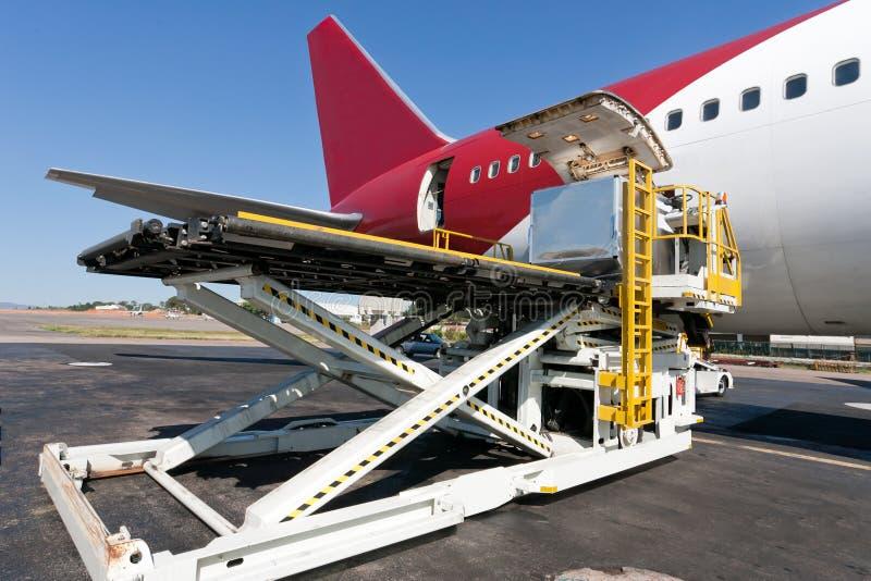 αεροπλάνο φόρτωσης φορτί&omi στοκ εικόνες με δικαίωμα ελεύθερης χρήσης