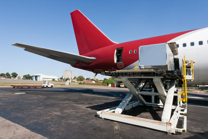 αεροπλάνο φόρτωσης φορτί&omi στοκ φωτογραφίες