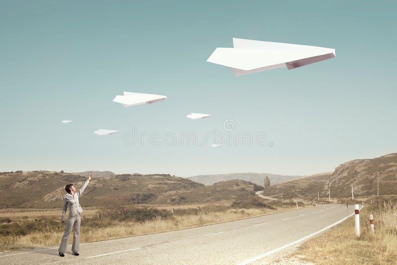 Αεροπλάνο Origami που πετά στον ουρανό Μικτά μέσα στοκ φωτογραφίες με δικαίωμα ελεύθερης χρήσης