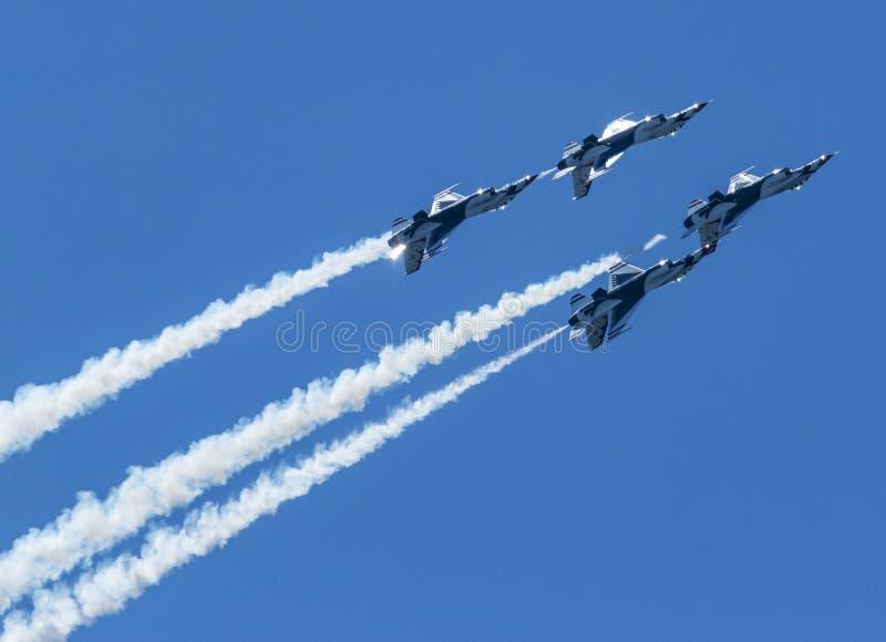 Αεροπορία Θάντερμπερντς ανάποδα πυροβολώντας καπνό από πίσω στοκ εικόνες με δικαίωμα ελεύθερης χρήσης