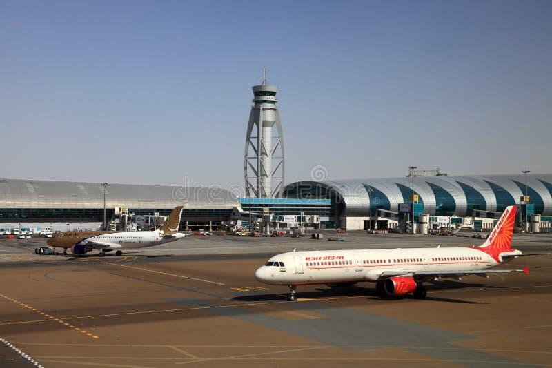 Αεροπλάνα στον αερολιμένα του Ντουμπάι στοκ φωτογραφία με δικαίωμα ελεύθερης χρήσης