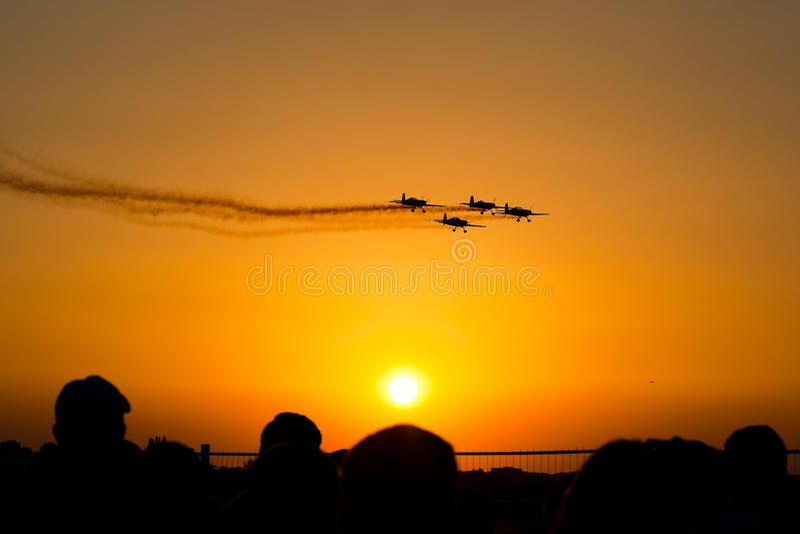 Αεροπλάνα Airshow στο ηλιοβασίλεμα στοκ εικόνα