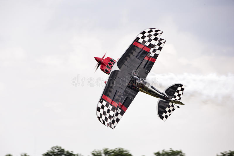 Αεροπλάνο ακροβατικής επίδειξης ενενήντα βαθμοί στο έδαφος στοκ φωτογραφίες με δικαίωμα ελεύθερης χρήσης