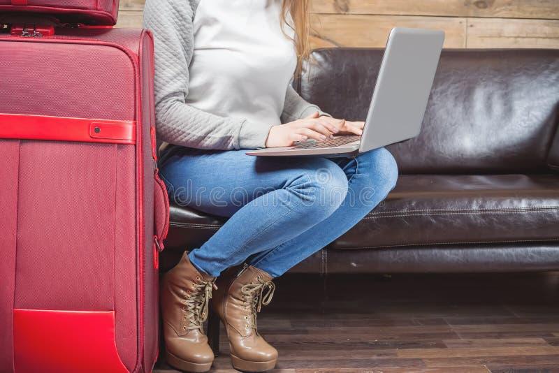 Αεροπλάνο αναμονής κοριτσιών στο ROM VIP σαλονιών, αερολιμένας στοκ εικόνα