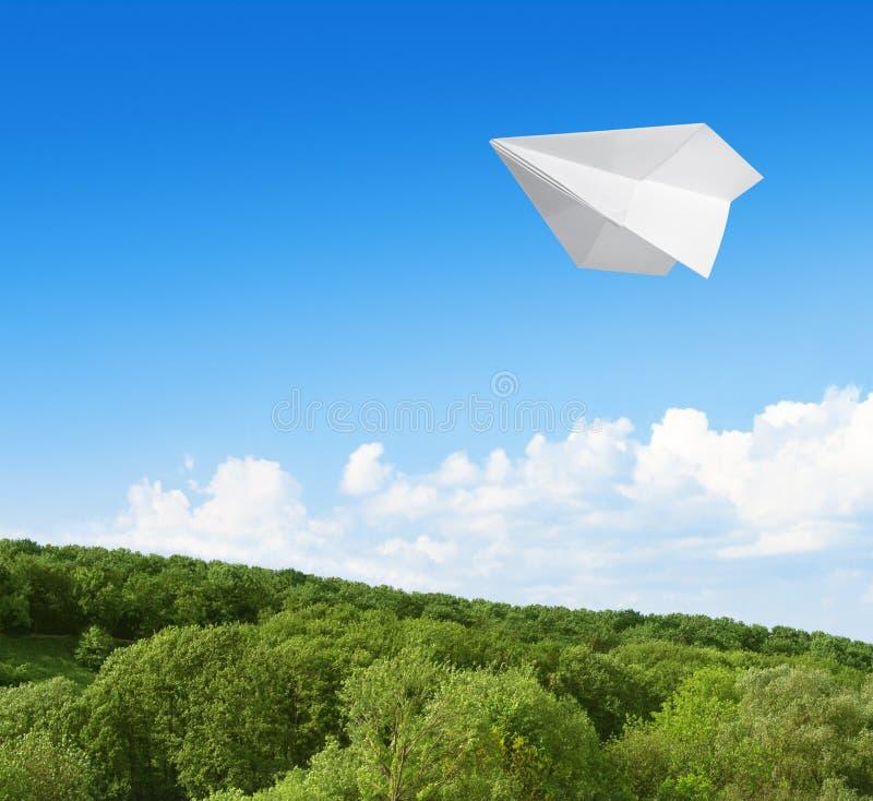Αεροπλάνο εγγράφου που πετά στον ουρανό στοκ εικόνα με δικαίωμα ελεύθερης χρήσης