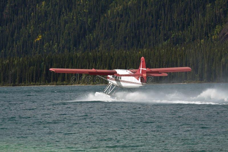 Αεροπλάνο επιπλεόντων σωμάτων ενυδρίδων που μετακινείται με ταξί στη λίμνη Muncho, βόρεια Βρετανική Κολομβία στοκ φωτογραφία με δικαίωμα ελεύθερης χρήσης
