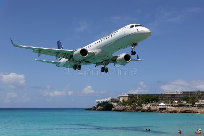 Αεροπλάνο θλεμψραερ ERJ190 αερογραμμών Copa που προσγειώνεται το airpo Sint Maarten στοκ εικόνες